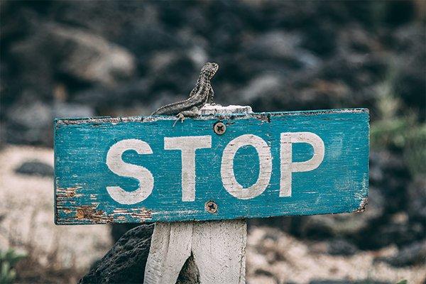Imagem de STOP representativa de barreira criada por métodos contracetivos